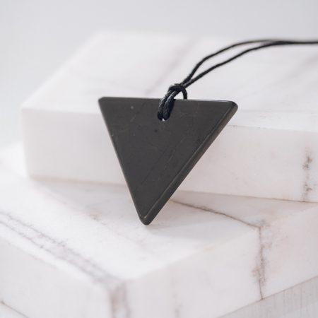 Шунгит Камъкът на здравето. Той действа благоприятно на организма при различни здравословни проблеми. Естествен камък за здраве.